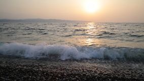 Unglaublich sauberes und transparentes Meerwasser im Sommer stock video footage