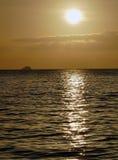 Unglaublich schöner Sonnenuntergang auf dem azurblauen Ozean Stockbilder