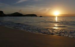 Unglaublich schöner Sonnenuntergang auf dem azurblauen Ozean Lizenzfreie Stockbilder