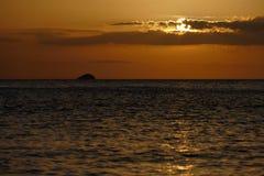 Unglaublich schöner Sonnenuntergang auf dem azurblauen Ozean Lizenzfreies Stockfoto
