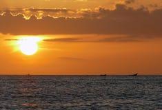 Unglaublich schöner Sonnenuntergang auf dem azurblauen Ozean Lizenzfreies Stockbild