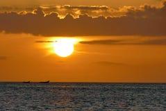 Unglaublich schöner Sonnenuntergang auf dem azurblauen Ozean Lizenzfreie Stockfotografie