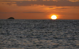 Unglaublich schöner Sonnenuntergang auf dem azurblauen Ozean Stockfotos