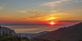 Unglaublich schönes timelapse des Sonnenaufgangs über dem Meer stock video footage