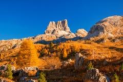 Unglaubliche Ansicht von der Spitze von Falzarego-Durchlauf mit Cinque Torri-Spitze auf Hintergrund DOLOMIT-ALPEN, ITALIEN lizenzfreie stockbilder