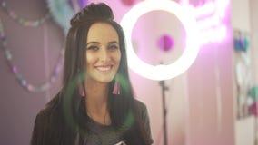 Unglaubliche attraktive junge Frau des schwarzen Haares des Brunette, die mit dem rosa Dekorationsball in camera sich dreht und l stock footage