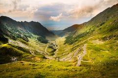 Unglaubliche Landschaft mit nebeligen Bergen Stockfotos