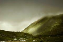 Unglaubliche Landschaft mit nebeligen Bergen Stockbilder