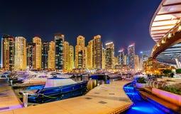 Unglaubliche Nacht-Dubai-Jachthafenskyline Luxusyachtdock Dubai, Arabische Emirate Stockfoto