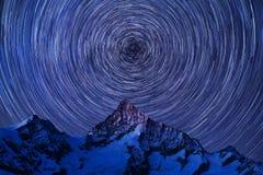 Unglaubliche Nachtansicht in Schweizer Alpen Sternspuren, die in blauen Himmel sich bewegen Zermatt-Erholungsortstandort, Weissho stockfoto