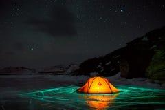 Unglaubliche Nachtlandschaft gegen den Hintergrund von einer Felseninsel Stockfoto