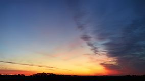 Unglaubliche reiche Farben des Himmels des frühen Morgens stockfotografie