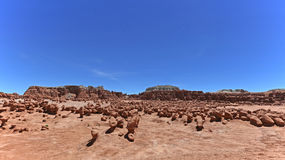 Unglaubliche Skulptur des natürlichen Ursprung des roten Sandsteins im amerikanischen Grasland Lizenzfreie Stockfotografie