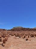 Unglaubliche Skulptur des natürlichen Ursprung des roten Sandsteins im amerikanischen Grasland Lizenzfreie Stockfotos