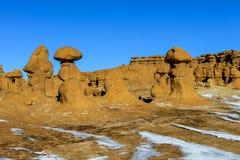 Unglaubliche Skulptur des natürlichen Ursprung des roten Sandsteins im amerikanischen Grasland Stockfoto