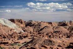 Unglaubliche Skulptur des natürlichen Ursprung des roten Sandsteins im amerikanischen Grasland Stockfotografie