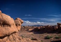 Unglaubliche Skulptur des natürlichen Ursprung des roten Sandsteins im amerikanischen Grasland Lizenzfreies Stockfoto