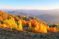 Unglaublicher Herbsttag Landschaft mit schönen Bergen, Feldern und Wäldern Der Rasen wird durch die Sonnenstrahlen erleuchtet stockbild