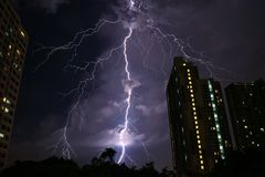 Unglaublicher wirklicher Blitz, der auf nächtlichem Himmel von Bangkok-` s städtisch schlägt Lizenzfreies Stockbild