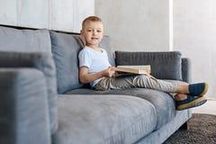 Unglaubliches intelligentes Kind, das einige nette Geschichten genießt Stockfotos