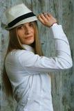 Unglaubliches Mädchen in einem Hut Stockfoto