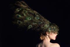 Unglaubliches Modeschönheitsporträt des attraktiven Mädchenmodells mit Pfau versieht mit Federn Stockfoto