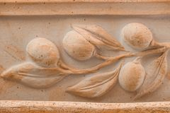 Unglazed керамическая среднеземноморская доска терракоты украшенная с орнаментом оливковой ветки Стоковые Изображения RF