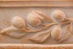 Unglazed ceramische Mediterrane die terracottaraad met het ornament van de olijftak wordt verfraaid Royalty-vrije Stock Afbeeldingen