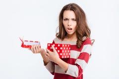 Unglückliche Frauenöffnungsgeschenkbox Stockfoto