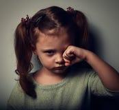 Unglückliches schreiendes Kindermädchen in der Dunkelheit nahaufnahme Stockbild