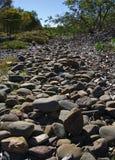 Ungleiches steiniges im grauen Farbgehweg stockbilder