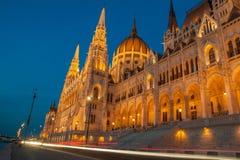Ungrare Parlament på aftonen från gatan Royaltyfri Fotografi