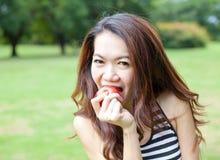 Ungt äta för kvinna fotografering för bildbyråer