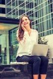 Ungt östligt - europeisk affärskvinnaresande som arbetar i nytt Y royaltyfria foton