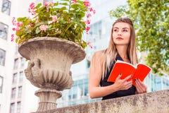 Ungt östligt - europeisk amerikansk högskolestudent som studerar i nytt royaltyfria foton