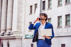 Ungt ?stligt indiskt amerikanskt resa f?r aff?rsman som arbetar i New York City royaltyfri foto