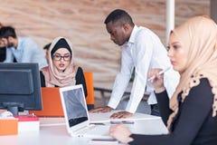 Ungt affärsfolk som arbetar på kontoret på nytt projekt start begrepp, lag arkivfoton