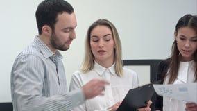 Ungt affärsfolk som diskuterar marknadsforskning med kollegor arkivfilmer