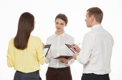 Ungt affärsfolk som diskuterar ny affärsidé Arkivbild