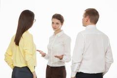 Ungt affärsfolk som diskuterar ny affärsidé Arkivfoto
