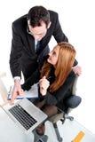 Ungt affärsfolk som tillsammans arbetar på bärbara datorn Royaltyfria Bilder