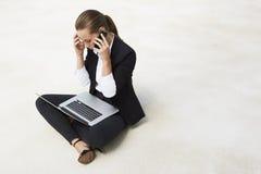Ungt affärskvinnasammanträde på golv Arkivbild