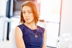 Ungt affärskvinnasammanträde på skrivbordet och arbete royaltyfria foton