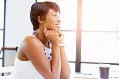 Ungt affärskvinnasammanträde på skrivbordet och arbete royaltyfri fotografi