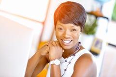 Ungt affärskvinnasammanträde på skrivbordet och arbete royaltyfri bild