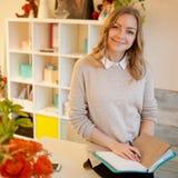 Ungt affärskvinnasammanträde på skrivbordet och arbete Den härliga kvinnan fyller stadsplaneraren Arkivbilder