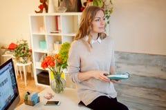 Ungt affärskvinnasammanträde på skrivbordet och arbete Den härliga kvinnan fyller stadsplaneraren Royaltyfria Foton