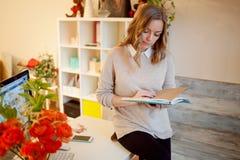 Ungt affärskvinnasammanträde på skrivbordet och arbete Den härliga kvinnan fyller stadsplaneraren Arkivfoto
