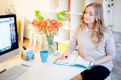 Ungt affärskvinnasammanträde på skrivbordet och arbete Den härliga kvinnan fyller stadsplaneraren Arkivfoton