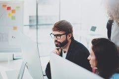Ungt affärslag som tillsammans arbetar i mötesrum på kontoret Begrepp för Coworkersidékläckningprocess horisontal royaltyfria bilder